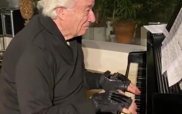 Пианисту помогают играть бионические перчатки