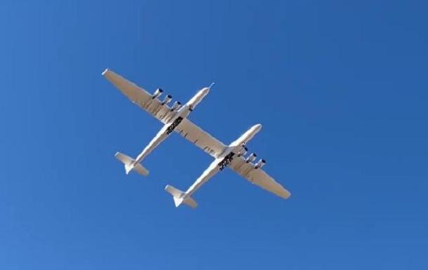 Полет самого большого самолета показали на видео